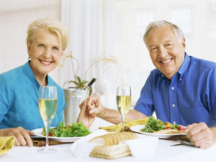 Llevar una alimentación equilibrada y sana es básico en cualquier etapa de la vida. Envejecer, no significa descuidar nuestros hábitos alimenticios, ni apariencia. Por ello, te presentamos algunos consejos de la Evaluación y Control Nutricional del Adulto Mayor que realizó el IMSS este 2010. 1.- Evita alimentos con escasos nutrientes como el azúcar de mesa y harinas refinadas. 2.- Reduce la ingesta de carbohidratos simples, ya que pueden desarrollarte hipoglucemia.