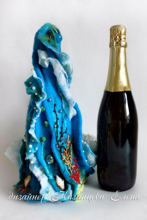Подарочная упаковка шампанского в морском стиле. Выполнено в технике мокрого валяния, 100% шерсть, декорирована бисером, жемчужинами, декоративными камнями,ракушками