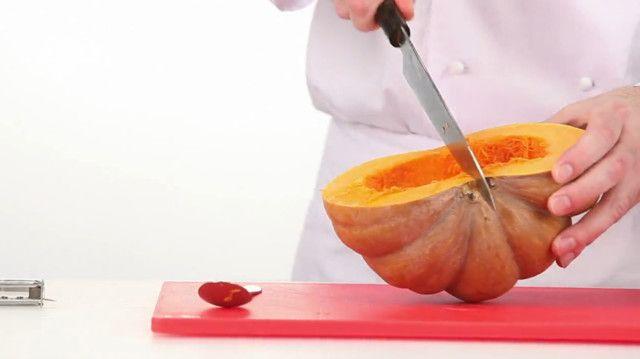 Просеять муку и соль в глубокую миску. Перетереть между ладоней с мягким маслом, чтобы смесь напоминала хлебные крошки, затем добавить слегка взбитое яйцо и замесить тесто. Скатать его в шар, завернуть в пленку и отправить в холодильник на 30–50 минут.