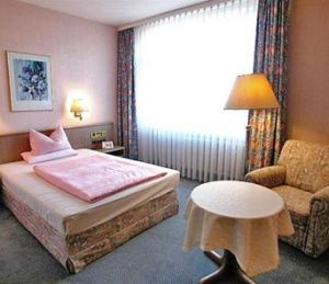Hotel Mack: Situated within a 20 minute walk from Mannheim Hauptbahnhof, the Hotel Mack offers guests an ideal base while in Mannheim.  http://www.mannheim-hotel.com/hotel-mack/