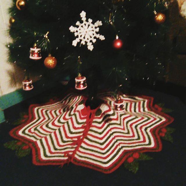 Hasta que mi árbol se puso de pie  lo bueno es que ahora solo me queda tejer por toda la eternidad, ya no hay costuras pendientes #crochet #ganchillo #navidad #christmas #xmas #piedearbol #faldon #project01 #proyecto01 #terminado2017 #finish2017