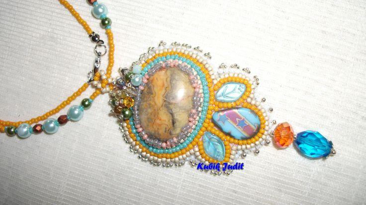Gyöngyhímzéssel készült  medál
