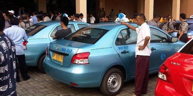 Sekali Buka Pintu, Kini Tarif Taksi Biasa Rp 7.000 - Pemerintah Provinsi DKI Jakarta tidak hanya menaikkan tarif angkutan kota kelas ekonomi, yakni bus kecil, bus sedang, dan bus besar, tetapi juga tarif non-ekonomi, salah satunya taksi.