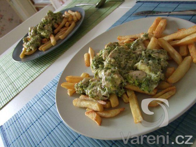 Nakrájené kuřecí řízky s brokolicí a zasypanou nivou.