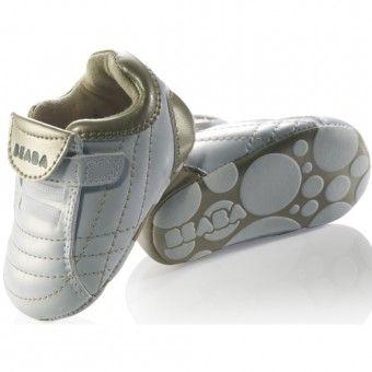Pantofiorii de la Beaba sunt usor de incaltat datorita sistemului inteligent de deschidere tip arici sau cu fermoar. Pantofiorii pentru bebelusi Beaba au fost ganditi pentru confortul copilului: forma pentru piciorul drept si piciorul stang, captuseala din piele in interior, talpa cu sistem anti-alunecare. Copilul se va indragosti de acesti pantofiori fermecati si nu va dori sa ii dea jos.