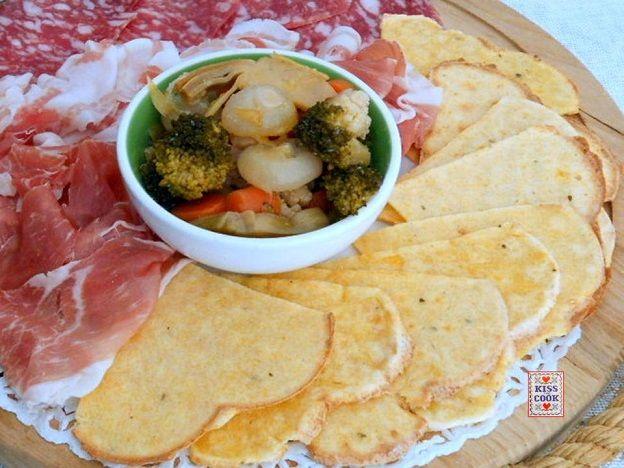 Cialde preparate con polenta avanzata, se non avete la cialdiera potete cuocerle come se fossero piadine. Buone con i formaggi, i salumi, la giardiniera ecc