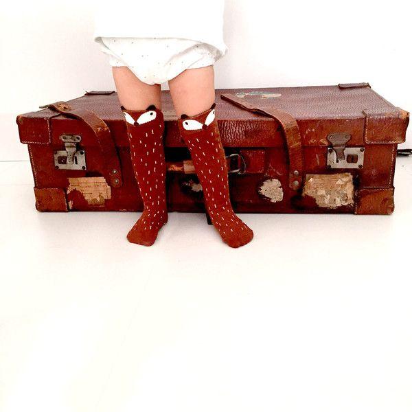Calcetines de algodón con estampado de zorro en color marrón para niños de 1 a 4 años. Quedan ideales puestos por encima de la rodilla para vestimenta casual