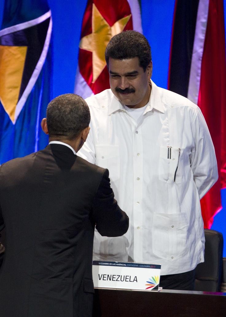 Cordial saludo del canciller venezolano, Nicolás Maduro con el presidente de los Estados Unidos, Barack Obama. (Foto AP/Carolyn Kaster)
