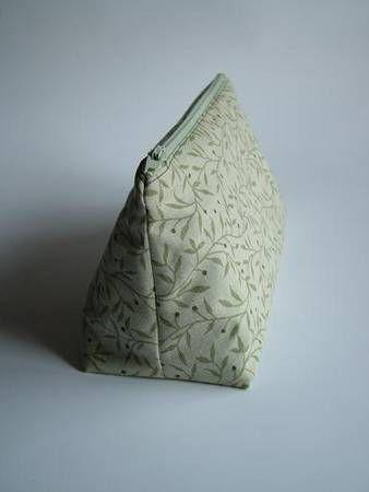 TUTORIAL: Straight Sided Triangular Cosmetic Bag - Trousse trapèze avec patron et coins de propreté sur la F.E.