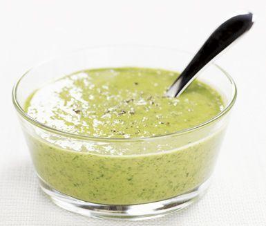Salsa verde är smakrikt och lättlagat. Du kan använda salsa verde som sås, dressing eller dipp. Vitlök, dijonsenap och kapris ger god smak. Ruccola och basilika mixar du också ner.