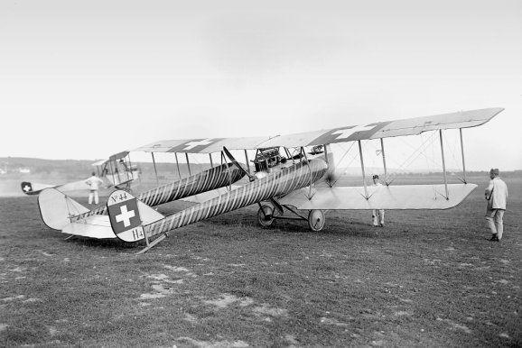 Schweizer Militärluftfahrt | Klassiker der Luftfahrt Im Jahr 1915 gründete die eidgenössische Konstruktionswerkstätte K+W in Thun eine Flugzeugbau-Abteilung unter dem Chefkonstrukteur August Häfeli, der zuvor in Deutschland an der AGO C.I mitgearbeitet hatte. Jene diente der Häfeli DH-1 als Vorbild. Foto und Copyright: Schweizerisches Bundesarchiv