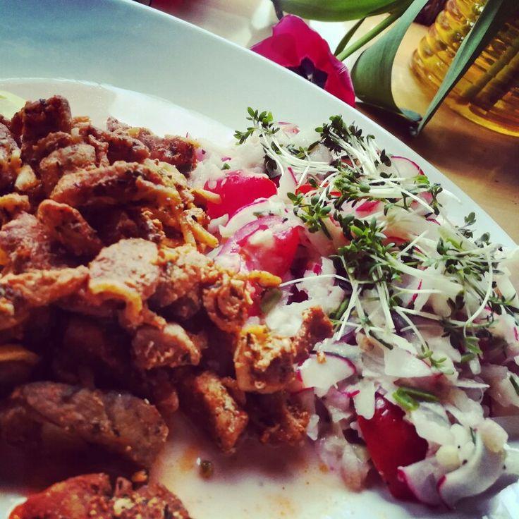 Mein Abendessen in meiner low carb villa .... Gyros 118kcal/100g mit Kohlrabi Salat .... Nie hätte ich gedacht daß dies so schmackhaft ist ....   REZEPT: EINE KOHLRABI GROB GERIEBEN, EINE HANDVOLL RADIESCHEN FEIN GEHOBELT, EINE HANDVOLL COCKTAILTOMATEN GEVIERTELT,2 EL MAGERJOGHURT, SÜßSTOFF, ESSIG IN SCHUß OLIVENÖL, PFEFFER UND SALZ  (Schmeckt am besten wenn der Salat 2 Std und mehr ziehen kann)