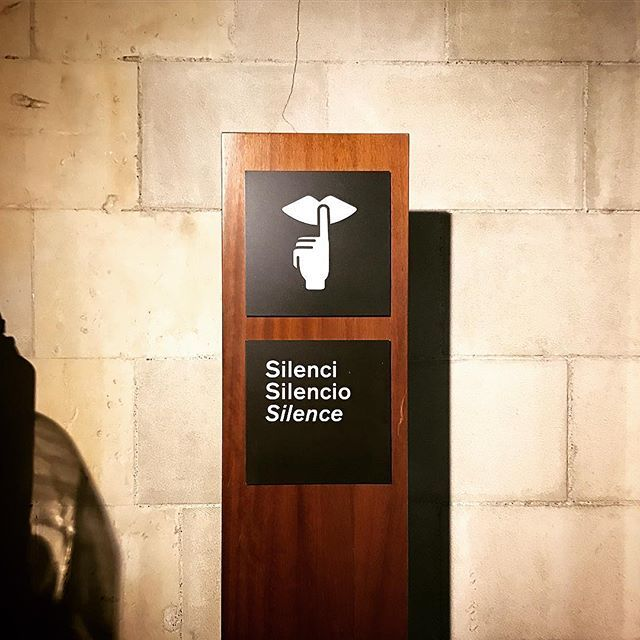 상당히 매력적인 사이니즈 디자인. :-). ㅡ #sagradafamilia #infographic #signage #silenci #silencio #silence #barcelona #spain #사그라파밀리아성당 #인포그라픽 #사이니즈 #침묵 #쉿 #조용히 #바르셀로나 #스페인