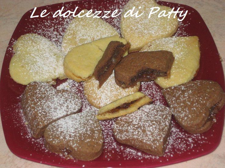 BISCOTTI DAL CUORE MORBIDO - Qui la #ricetta #BlogGz: http://blog.giallozafferano.it/sanpatty/biscotti-dal-cuore-morbido-ricetta-di-frolla-per-san-valentino/ #GialloZafferano #biscotti #merenda #cioccolato