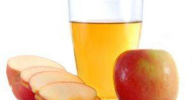 Remédio de suco de maçã para cálculos biliares. Os cálculos biliares podem ser extremamente dolorosos. Caso experimente extremo desconforto após comer, especialmente alimentos gordurosos, provavelmente você tem cálculos biliares. Há um remédio chinês de suco de maçã para se livrar deles naturalmente, em vez de realizar cirurgia ou tomar uma medicação prescrita.