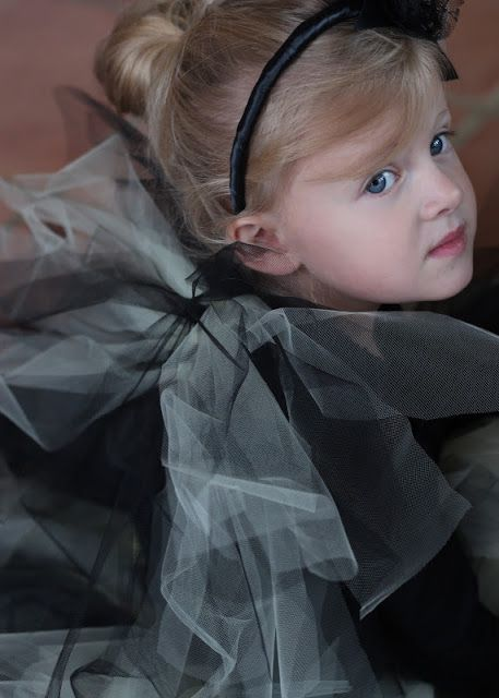 DIY Tulle Wings http://www.doityourselfdivas.com/2012/10/diy-tulle-halloween-costume-wings.html?utm_source=feedburner&utm_medium=feed&utm_campaign=Feed:+DoItYourselfDivas+(Do+It+Yourself+Divas)