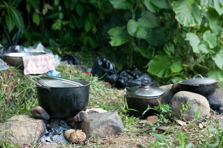 Loger chez l'habitant en Jamaïque (Detour Local) -> Cuisiner sur des feux de bois, tout un art. Jamaique www.detourlocal.com/loger-chez-lhabitant-en-jamaique/