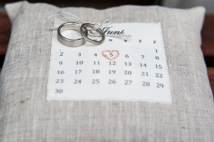 Schattig ringkussentje met datum  Trouw trendy #bruidsfotografie