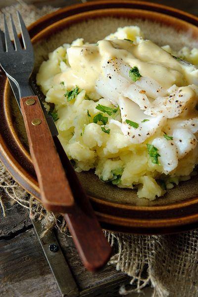 Bereiden:Kook de aardappelen in weinig water met zout in ca. 25 min. gaar. Doe de melk samen met de lente-uitjes in een pannetje en warm dit langzaam op. Verhit het water met het bouillonblokje.Roer de bloem door de slagroom tot een klontvrij papje. Giet dit bij het bouillonwater en roer goed door. Voeg water toe tot je een niet al te dikke saus hebt. Proef om te zien of de saus gekruid moet worden en roer de mosterd er door. Bestrooi de kabeljauw met grof zeezout en versgemalen peper. Stoom…