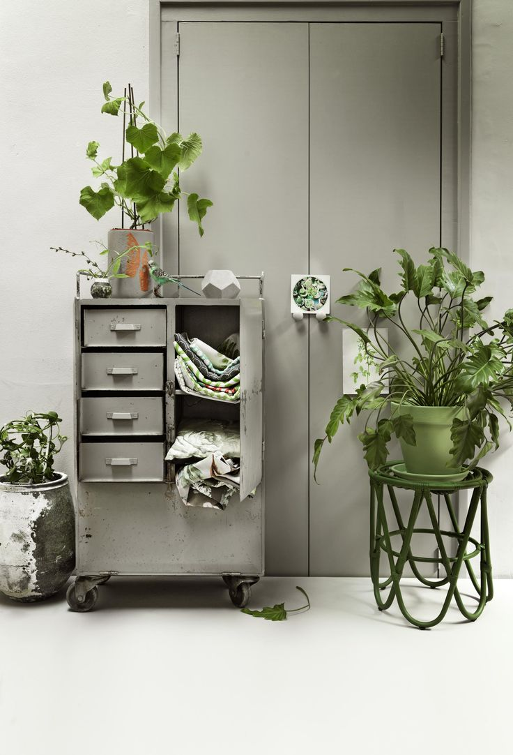 Vintage stools and a industrial drawer where you archive your fabrics in. A rough plant pot an a few green plants make it off | Styling kamer 465 | Photographer Paul de Graaff | vtwonen juli 2015