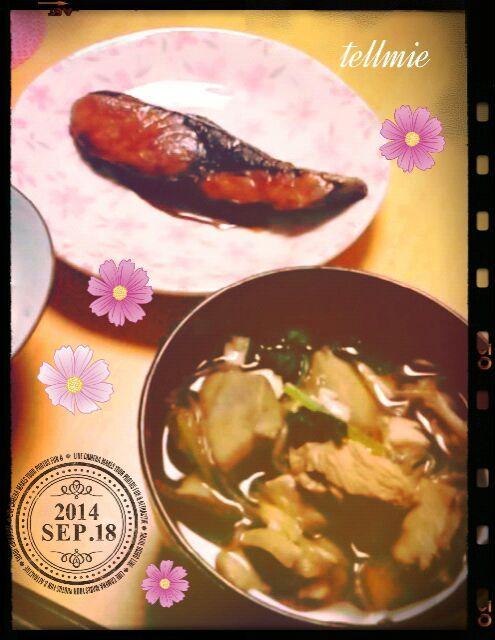昨日コスモスが咲いてました(^^)朝晩涼しくなってきた今日この頃…ってことで、秋の味覚♪♪  芋煮ですが、土地によって、レシピが違うんですよー!今回は、醤油ベースで、鳥、茸、セリなどが入った秋田県版☆ - 18件のもぐもぐ - 昨日の夕食♥ぶりの照り焼き&芋の子汁-秋田県バージョン- by illuminatet80