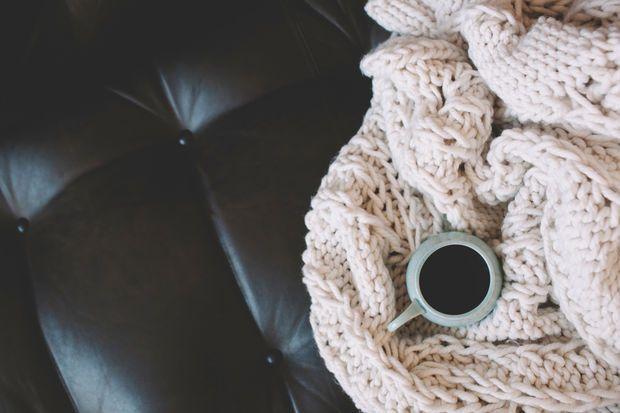 Tür zu, Licht aus und TV an! Wir präsentieren Ihnen die schönsten Neuerscheinungen des Jahres auf DVD und kuschelige Decken, die gemeinsam zum perfekten Anti-Winterblues-Paket werden