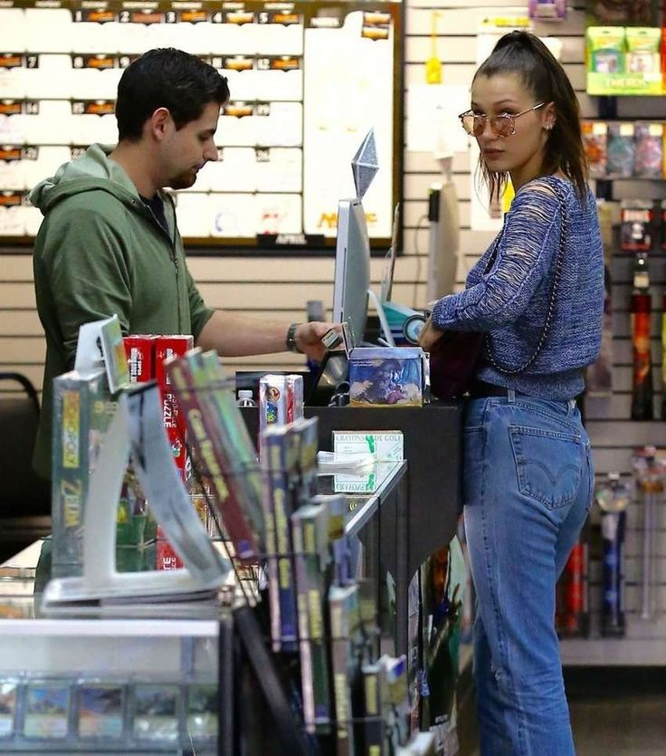 Bella Hadid in jeans at Christmas Shopping in Los Angeles : Global Celebrtities (F) FunFunky.com