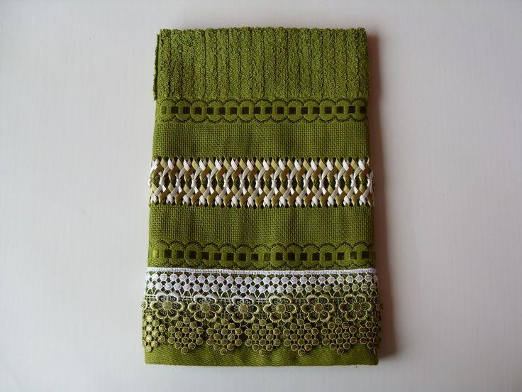 Toalha para Lavabo tamanho mão na cor verde  Toalha Casa In (Karsten/Passa-Fita), 98% algodão e 2% viscose  Trançado em Fitas feito à mão com fitas Progresso verde e bege  Acabamento com Guipir