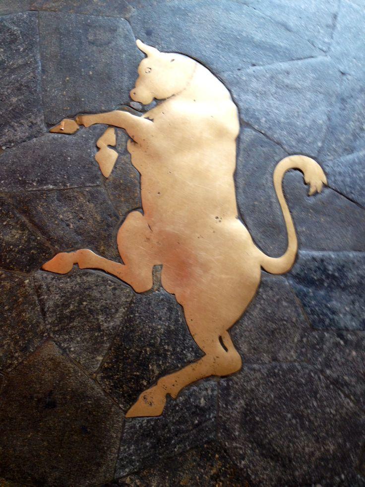 Stemma di Torino, si trova in piazza San Carla di fronte la caffetteria Bar Torino, è uso che chi passa davanti al toro se le pesta i testicoli, sarà fortuna certa e ritornerà a Torino.