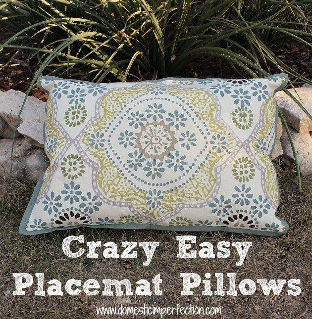 Pano de toalha de mesa + spray impermeabilizante para tecido = almofadas baratas e práticas para jardim.
