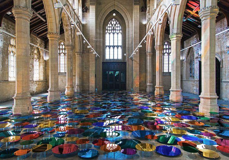Цветные зеркала на полу неоготической церкви