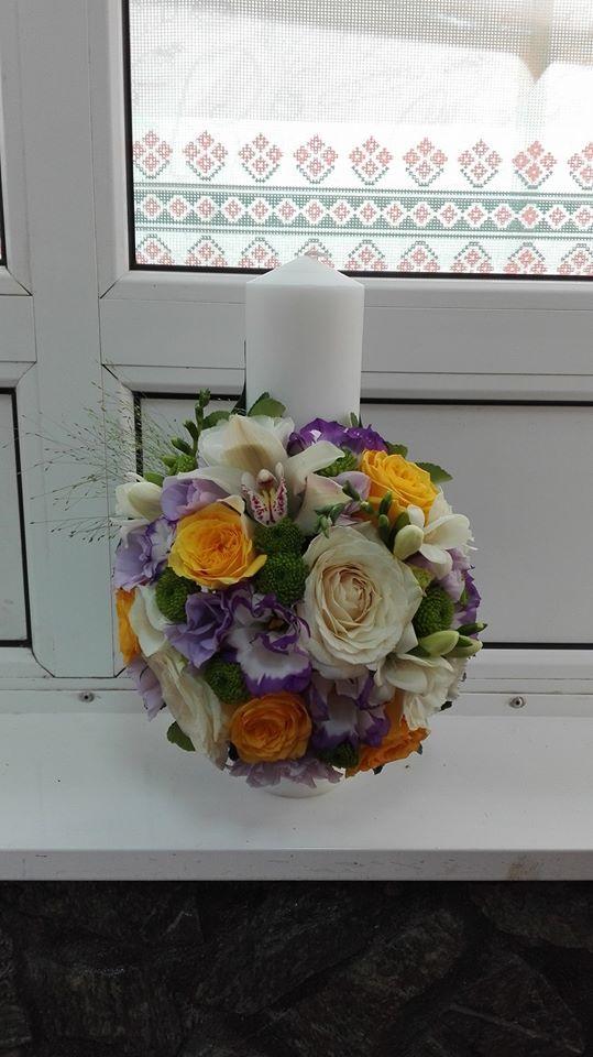 Trandafiri albi si galbeni, frezie alba, lisianthus, orhidee, santini verde.