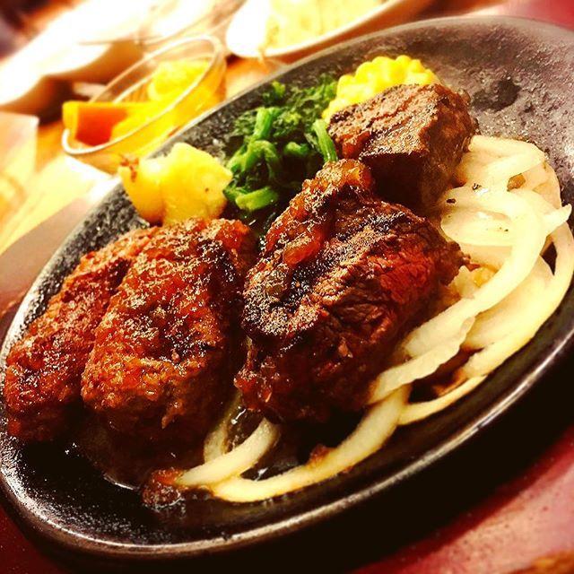 . 水戸で肉!!! . . けっこう待ったけど美味しかったです\( ˆoˆ )/ . . かしわしからのサイコパス疑惑が中々拭えない、、、 . . . . . #肉 #ステーキ #ハンバーグ #アメリカ屋 #肉は友達 #サイコパス #IT #ペニーワイズ #ジョンゲイシー #貴志祐介 #黒い家