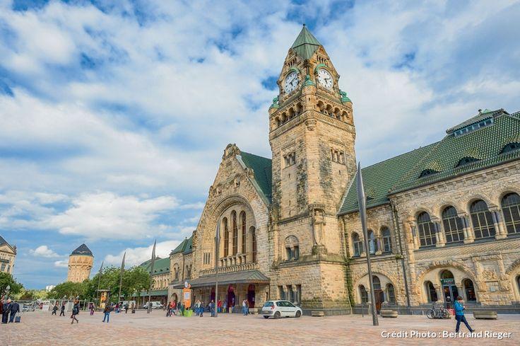 La gare de Metz, encore le style allemand de l'époque Guillaume II, avec la Poste et le Palais Du Gouverneur