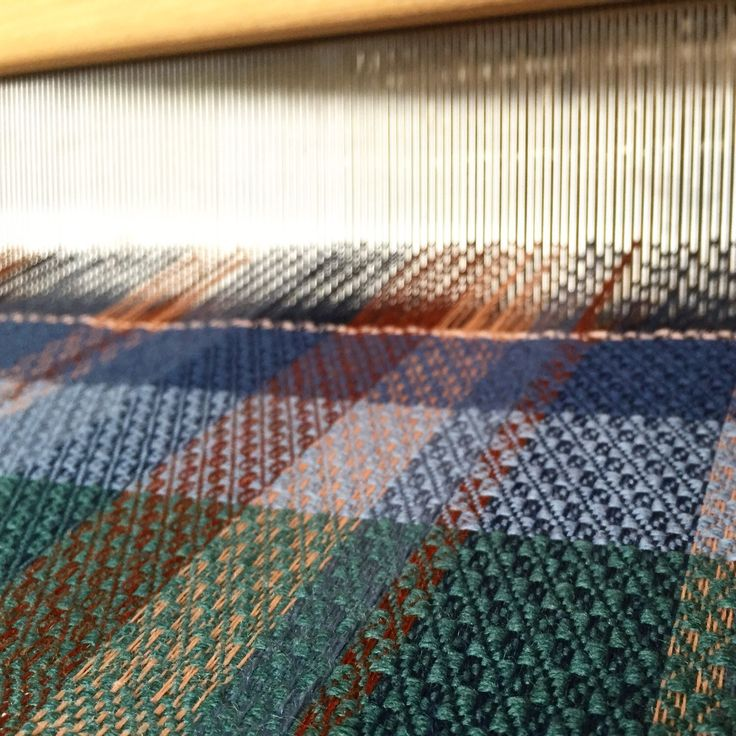 Just started to weave the 2nd scarf and decided to add a bit of green to the weft sequence . . . #weaving #scarves #textile #green #autumn