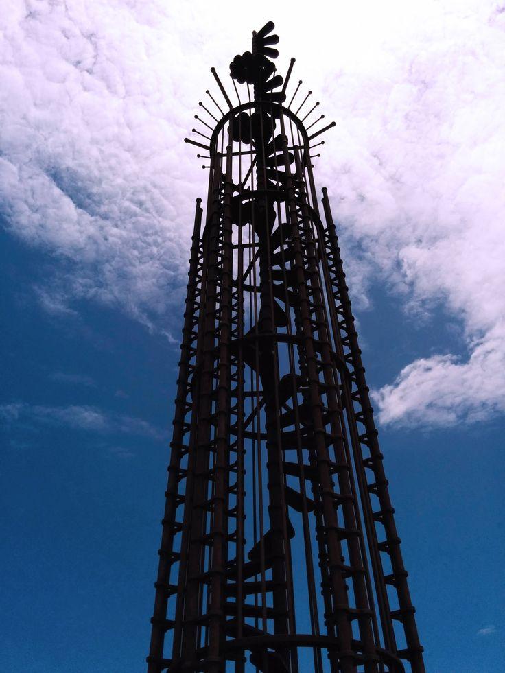 monumento a las victimas del accidente de los rodeos en forma de escalera que asciende en  espiral hacia el cielo. Tenerife