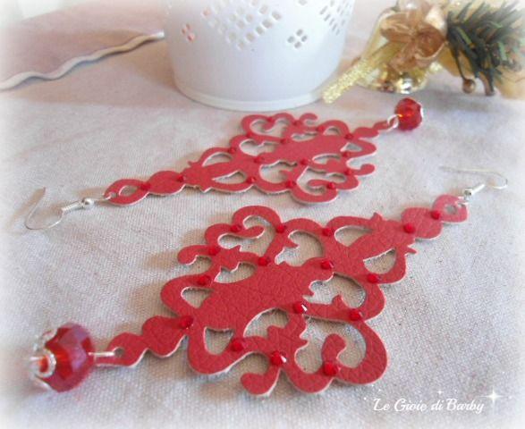 Orecchini in ecopelle rossa con applicazione di strass swarovski e pendente in cristalli. #orecchiniecopelle #orecchinigrandi #orecchinileggeri #orecchinirossi #orecchinihandmade #lemaddine