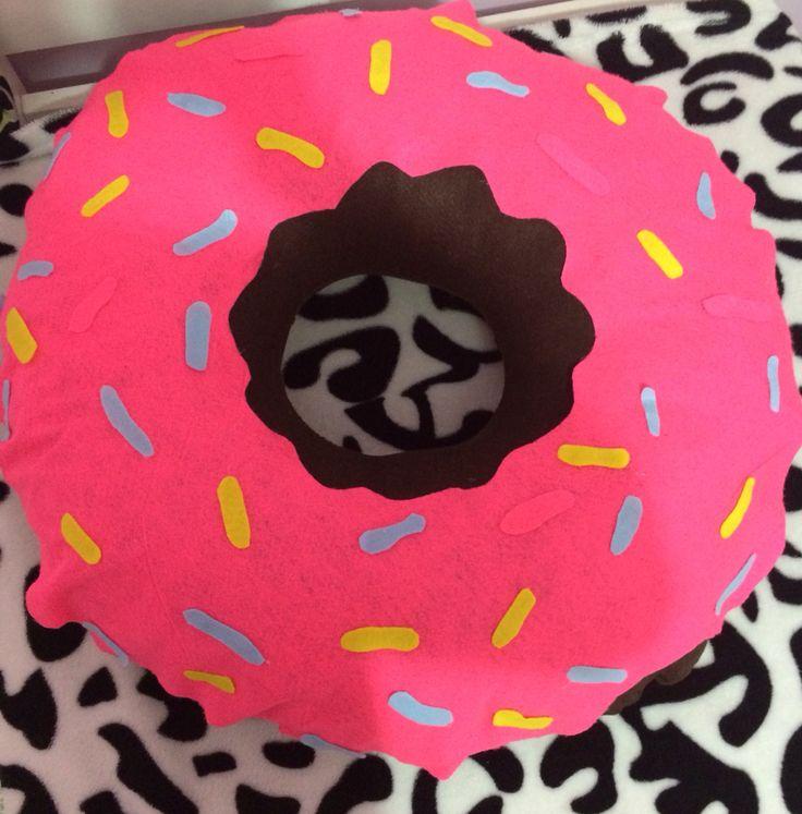 Almofada Donults    feltro marrom, rosa, azul e amarelo   enchimento   cola quente