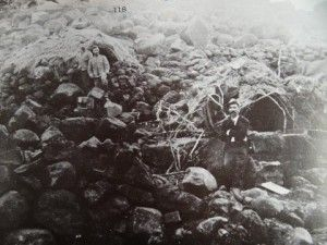 Die Boere was meesterlik met kamoeflering- kyk net hoe goed is hierdie skuilings weggesteek (teen die koppies by Magersfontein). Die foto is geneem nadat Cronjé die gebied ontruim het.
