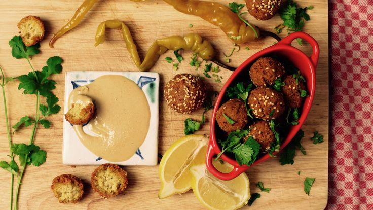 ΥΛΙΚΑ  -300 γρ ρεβίθια (8 ώρες ή από βραδύς στο νερό με ½ κ. γ. μαγειρική σόδα) -½ κρεμμύδι -1 σκελίδα σκόρδο -1 κ. σ. φρέσκος μαϊντανός ψιλοκομμένος -1 κ. σ. κόλιανδρος ψιλοκομμένος (προαιρετικά) -1 κ. σ. ελαιόλαδο -½ κ. γ. πιπέρι -1 κ. γ. αλάτι -½ κ. γ. κύμινο -½ κ. γ. τριμμένος κόλιανδρος  -1½ κ. σ.  αλεύρι -½ κ. γ.  μπέικιν πάουντερ -3 κ. σ.  νερό -1 κ. γ. σουσάμι -φυτικό λάδι για τηγάνισμα