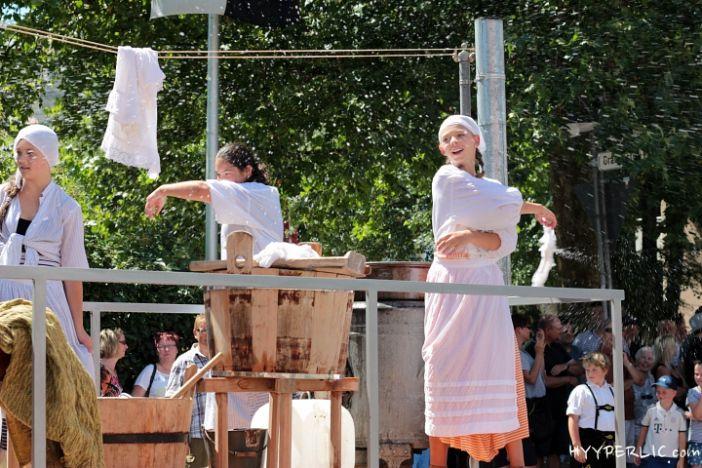 """Festwagen """"Waschtag zu Großmutters Zeiten"""" der Hauptschule Manzenberg beim Montfortfest Festumzug 2014 in Tettnang"""