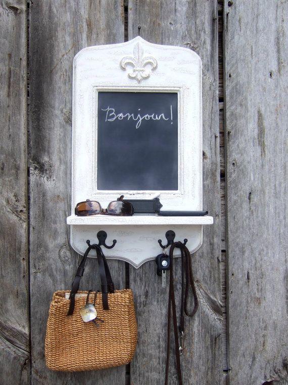 Paris apartamento pizarra con Fleur de Lis, titular de la clave ganchos, estantes & tiza por Arcadian Cottage