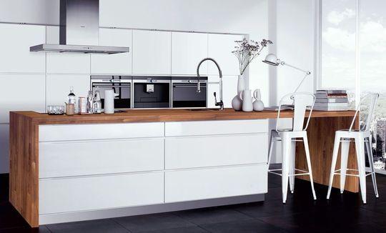 Malgré un blanc froid, cette cuisine inspire pureté et la lumière du blanc doit être géniale pour cuisiner.