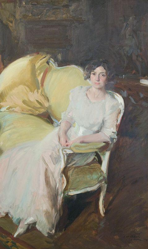 1910, Clotilde sentada en el sofá.