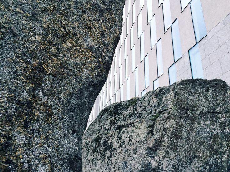 Loksahdus. OP-pohjolan pääkonttorilla insta-kävelyllä näpsittyä. Kiitos kivasta retkestä ystävät. #oppohjola #kivi #architecture #igershelsinki #instameethelsinki_1_17 #windows #helsinki #finland