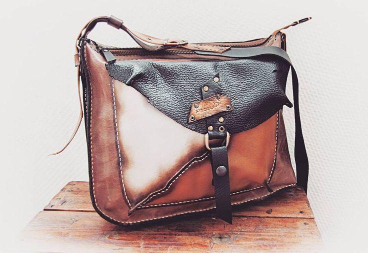 Совершенная асимметрия Размер подходит для бумаг А4. Без подкладки. Спереди карман на кнопке, сзади на молнии. Застежка молния Ykk. Ремень длинный для ношения сумки через плечо. Для примера. Продана  #ручнаяработа #сшитавручную☝ #хиппи #хиппистайл #сумкаизкожи #сумкаручнойработы #уличныйстиль #авторскаяработа #handmadeleatherbag #handmade #leatherbag #hippi #redsun_handmade #leather #bag #leathercraft #leatherhandmade