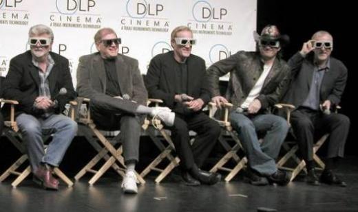 В мае в Лас-Вегасе прошёл съезд владельцев кинотеатров, который называется CinemaCon. Буквально на второй день конвента критик Дэвид Бордуэлл разразился любопытной статьей. Статья о Кэмероне называется «Хорошо быть королем мира». Если кто подзабыл, напомню, что Джеймс Кэмерон, получая очередной «Оскар» за «Титаник» в 1998 году, крикнул на церемонии «Я – король мира!» Что примечательно, это был «Оскар» за режиссуру, а за лучший фильм «Титаник» наградили чуть позже. Итак, слово господину…