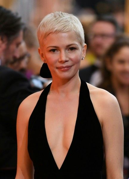 Michelle Williams Lookbook: Michelle Williams wearing Pixie (13 of 51). Michelle Williams kept it casual and hip with this pixie at the 2017 Oscars.