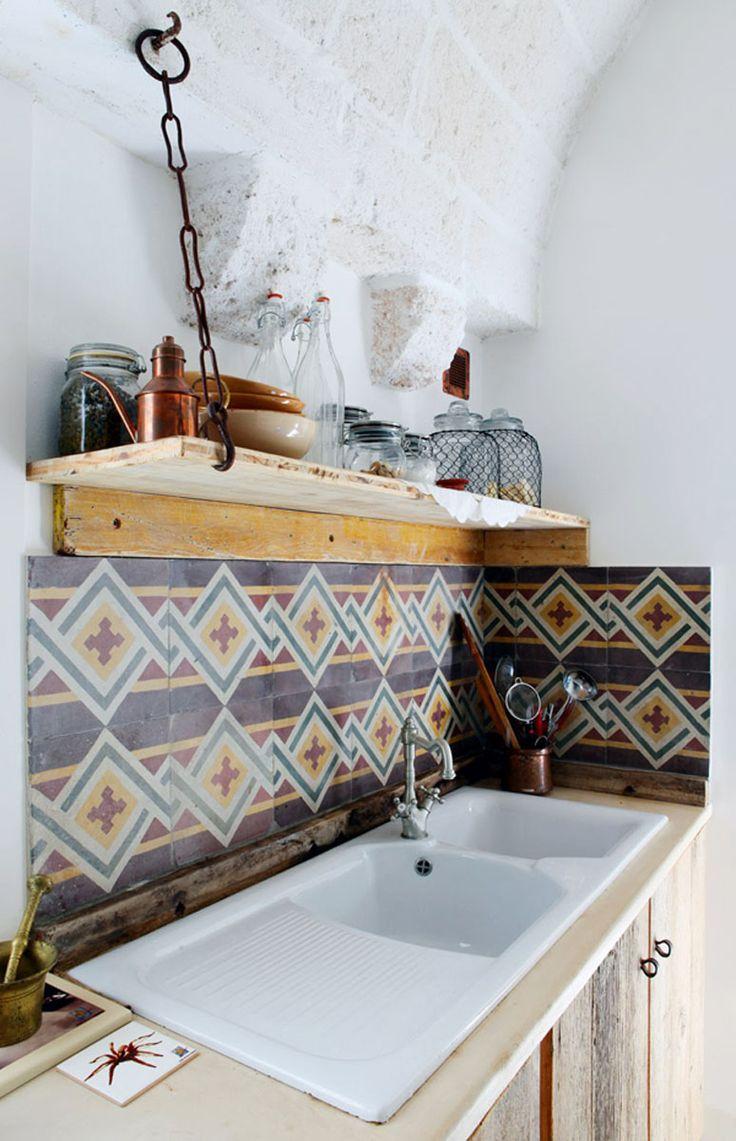 #cocina reformada con madera reutilizada para la estantería y las puertas de los armarios, y frente de baldosas hidráulicas recuperadas.