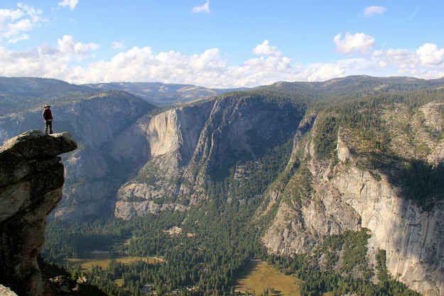 Escalader jusqu'au point de vue de Glacier Point dans le parc national de Yosemite, en Californie.